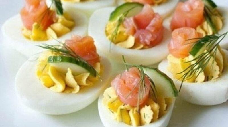 Фаршированные яйца с рыбой и зеленью